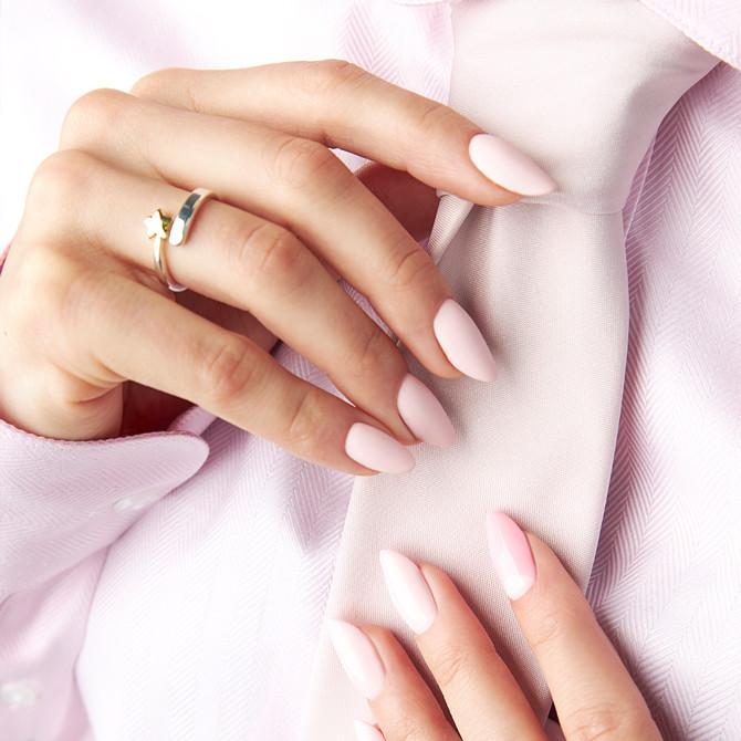 Pastelowy lakier hybrydowy w kolorze różowym.