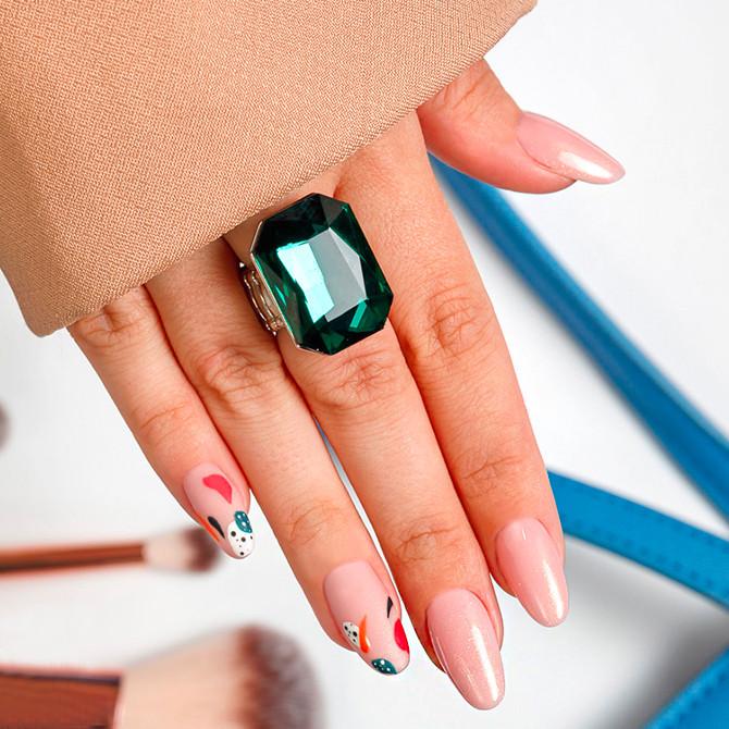 Brokatowo-beżowe paznokcie na każdą okazję!